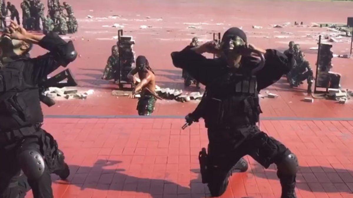 【影片】印尼特種部隊迎美國防部長 咬斷蛇王生飲血!網驚呆