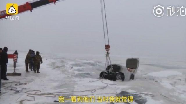 遊客開車嗨玩冰上甩尾 結果6人全墜湖GG