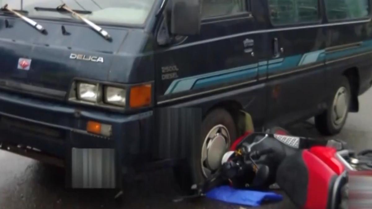 天雨路滑遇廂型車急煞 騎士摔車險遭輾頭