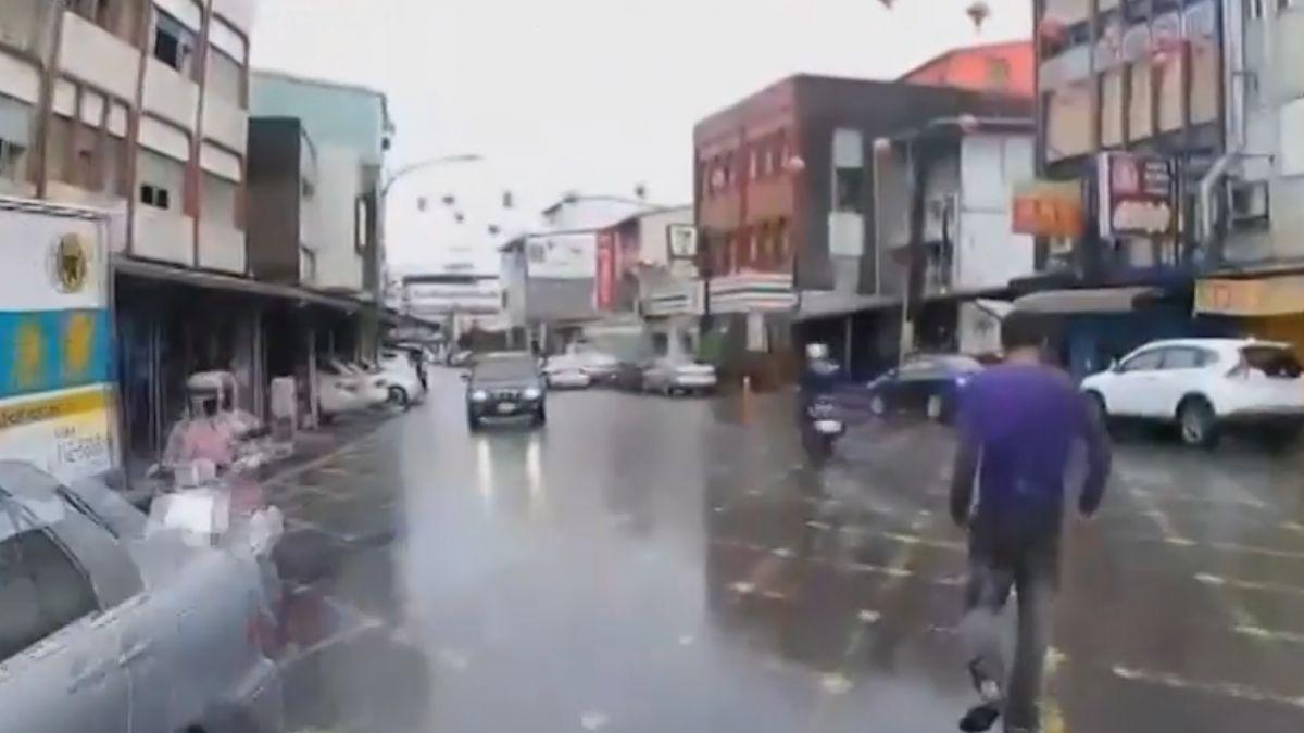 碰瓷黨?!側躺路邊不肯走 衝出擋車雨中跳舞