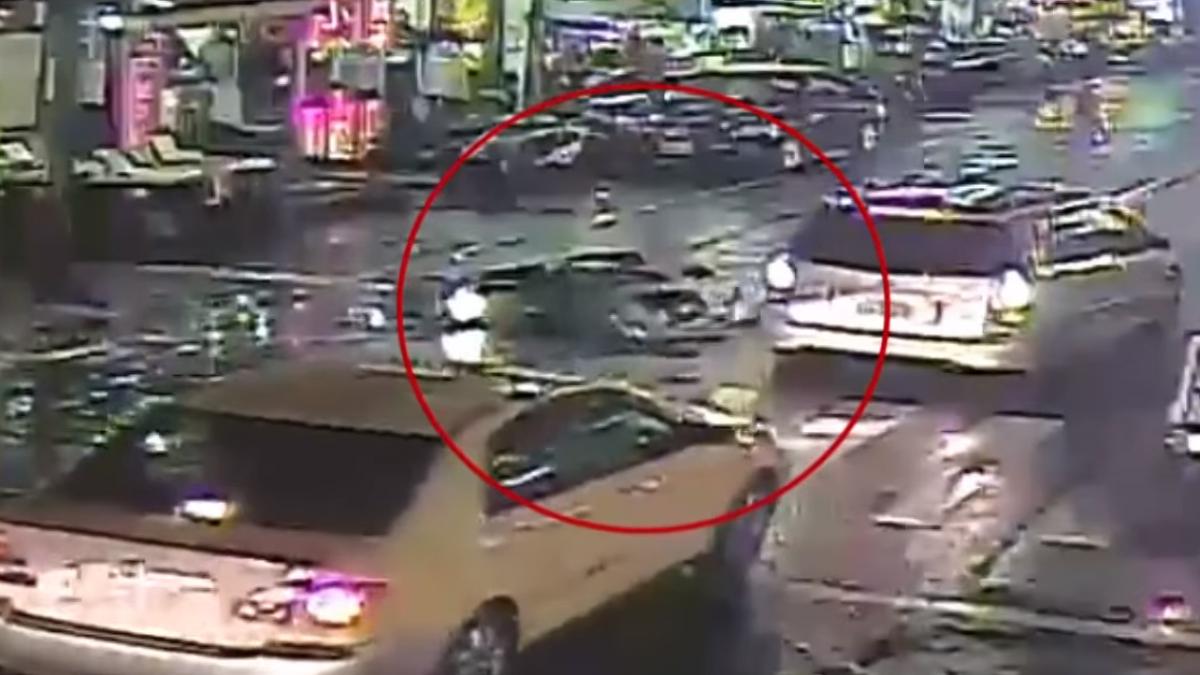 悚!婦逕行穿越馬路遭撞 頭險遭對向車輾