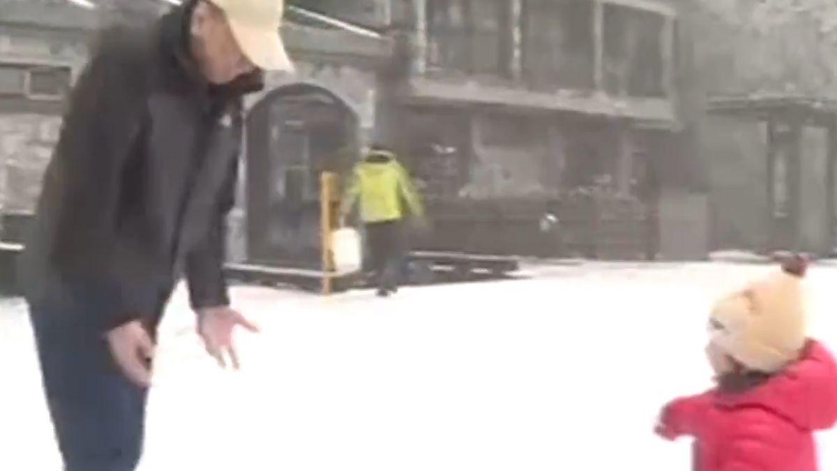 下雪了! 太平山湧兩千人 興奮打雪仗拍照