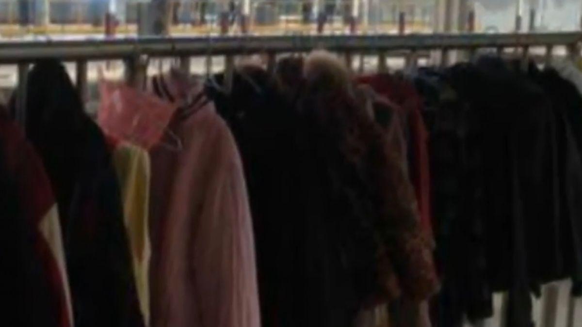 車站供愛心衣禦寒 誇張…衣架、晾衣桿遭拿光