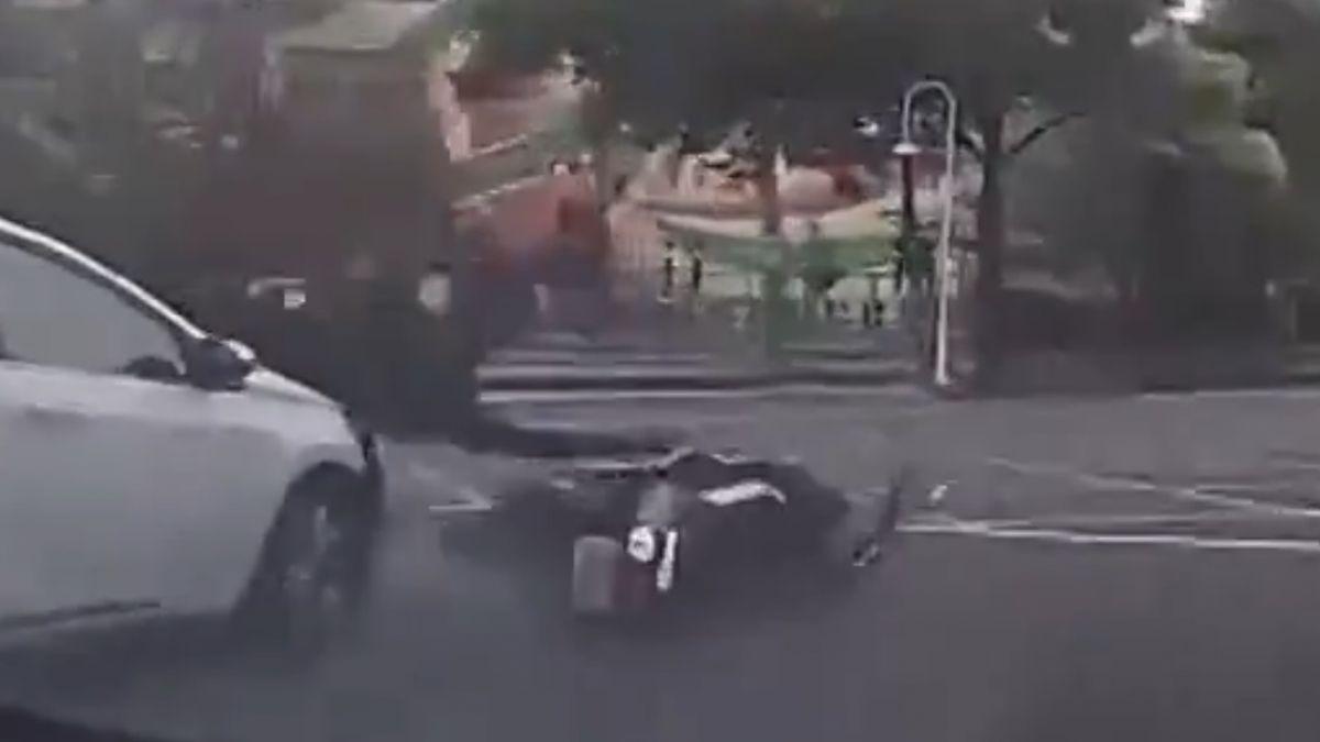 驚險! 騎士未依規定左轉遭撞 地上滾六圈