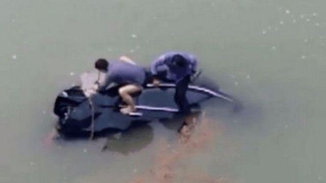 車墜河爬天窗逃命…不會游泳!他眼睜睜看妻兒溺死