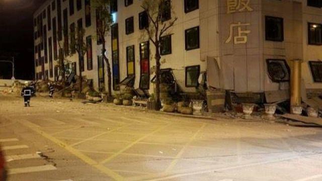強震多人受困!花蓮統帥飯店四樓變一樓 警消緊急搶