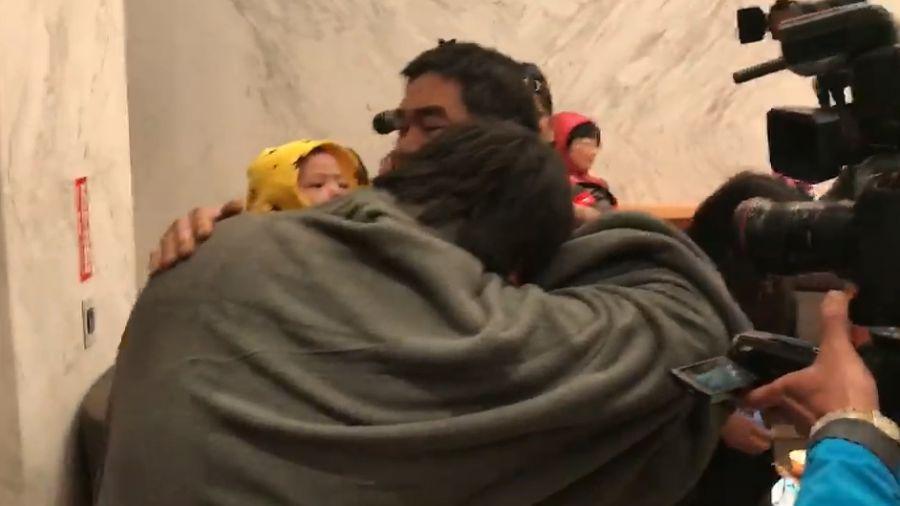 「搜救員挖牆救我!」統帥飯店1員工獲救 與家人相擁而泣