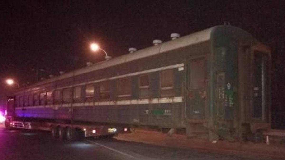 嚇死!上高速公路驚見「超長火車」 警全看傻眼