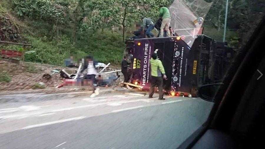 快訊/香港大巴翻覆 車頂被削掉!至少19乘客死60多傷