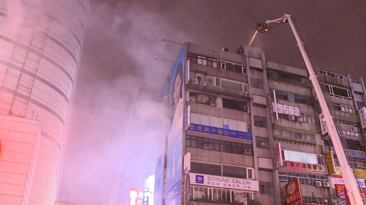 SOGO旁火警!8樓空屋起火 濃煙瀰漫逛街民眾傻眼