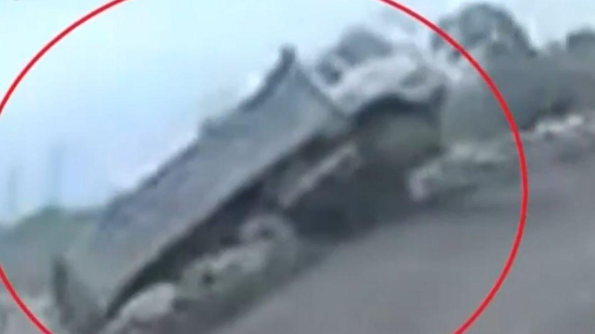 砂石車疑機件故障 失控「倒退嚕」翻落河床