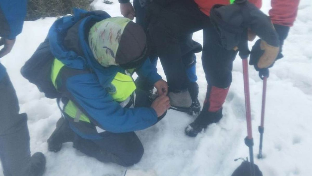 消防員忍凍脫鞋借山友!網友狂酸救災慢:救傷患不是背屍體