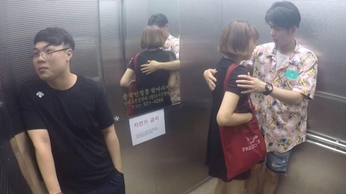 正妹電梯裡放屁…情侶實測路人反應!千萬網友笑歪