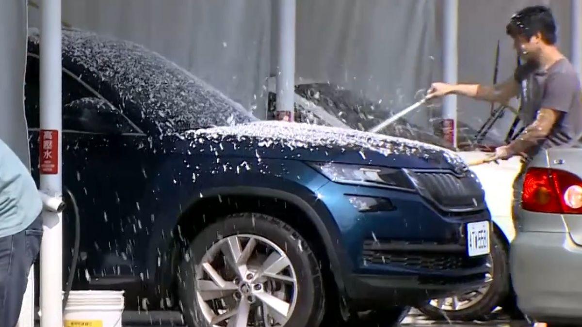 花9百元送洗愛車! 傻眼…把手、車頂都是灰