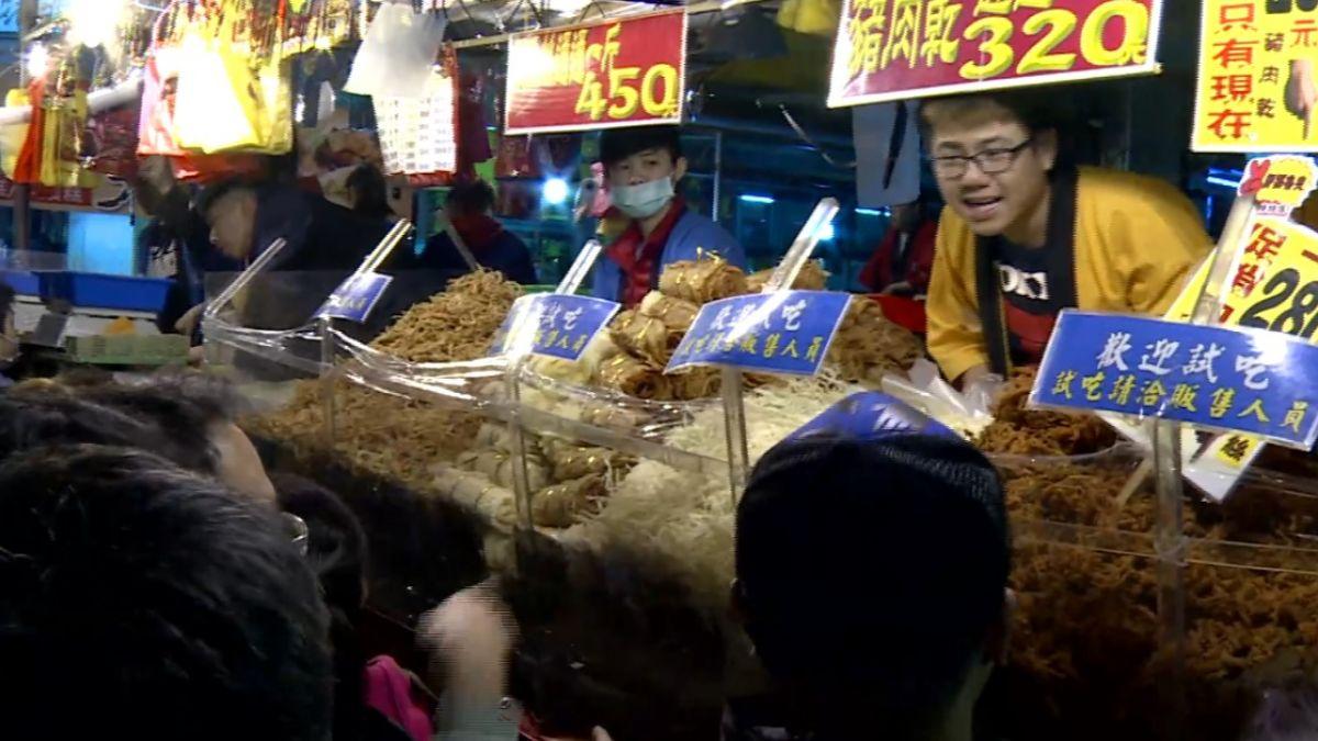 人潮滿滿!民眾湧「迪化街」買年貨 攤商忙到手軟