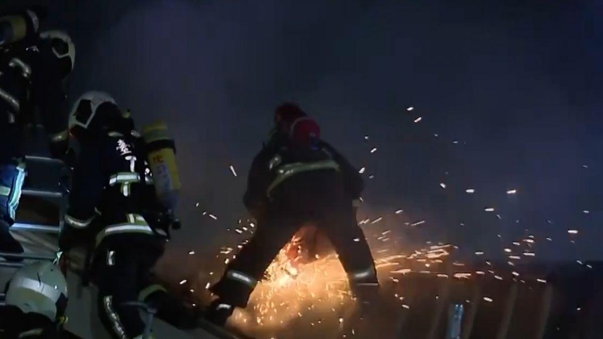 疑洗衣機冒火!延燒隔壁住戶 燒塌天花板