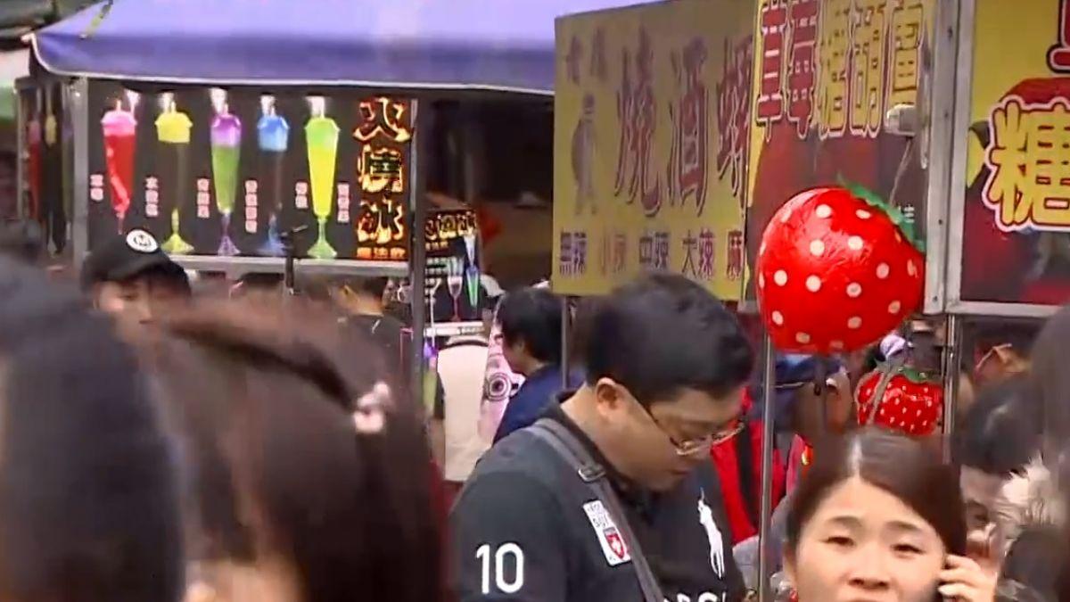 三峽老街「流動攤販」亂象多 占騎樓、紅線違設攤