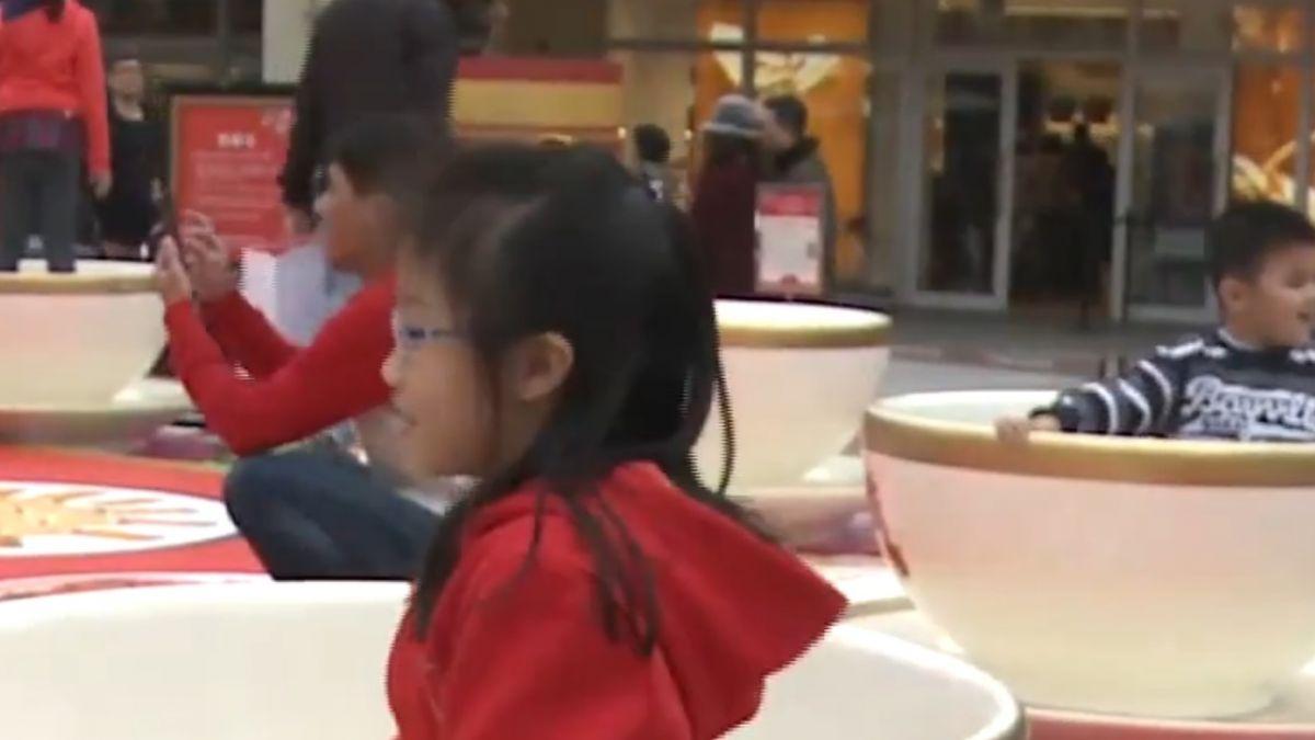 唐人街活動!巨型辦桌造景 民眾化身「杯緣子」拍照
