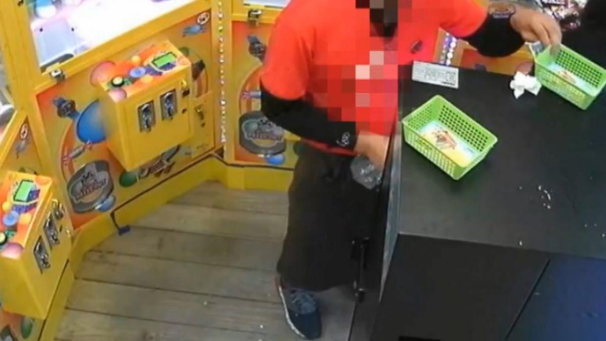 疑零錢不夠 控炸雞店員工進夾娃娃店 換光硬幣