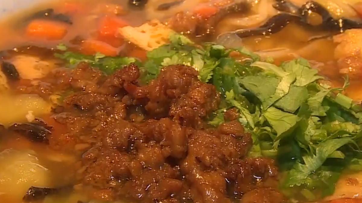 擠在一起吃麵!北京姥姥臊子麵日銷兩千碗