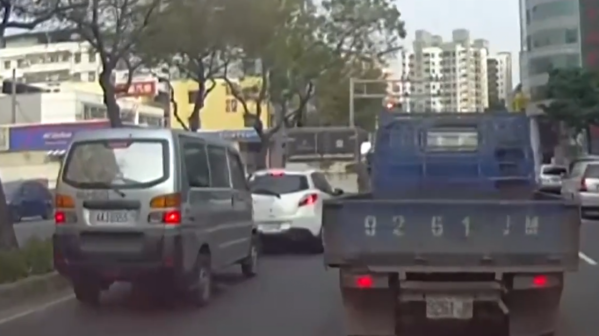 路口煞不住!休旅車碰撞4車3傷 小轎車變掀背