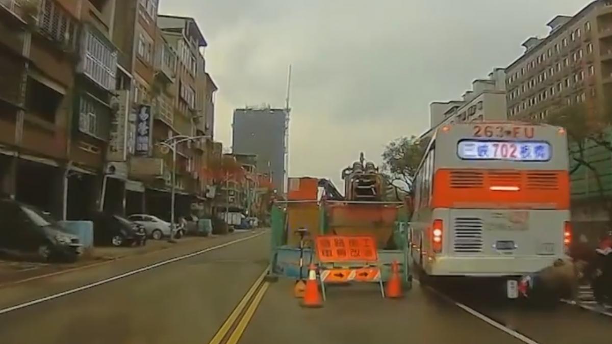 公車倒車撞機車 女騎士雙載卡車尾險遭輾
