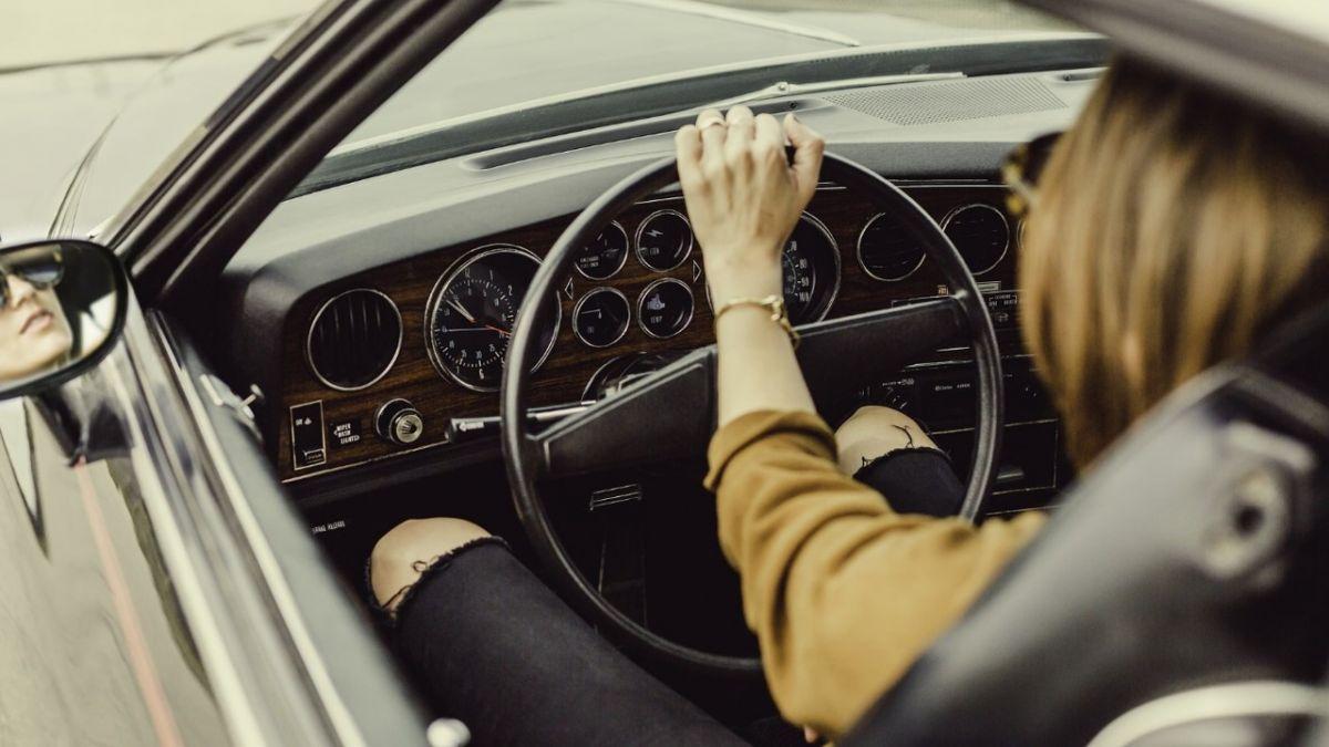 女生不會開車?她現超神「翹2輪」15秒倒車技 網友驚嘆