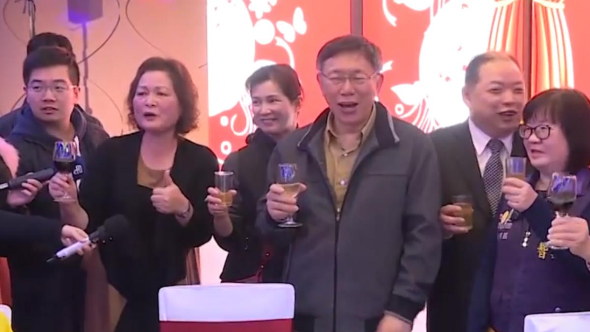 民進黨部春酒唱挪威森林 柯文哲被嗆「下台」