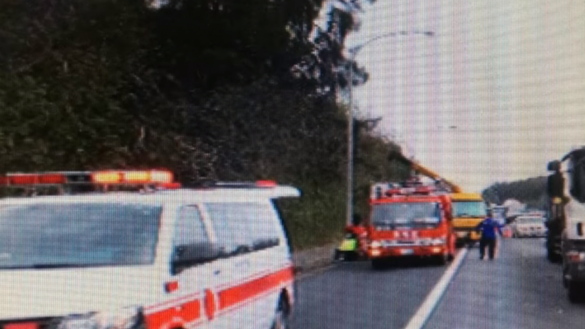 國3茄苳路段 轎車遭貨車擦撞翻落邊坡
