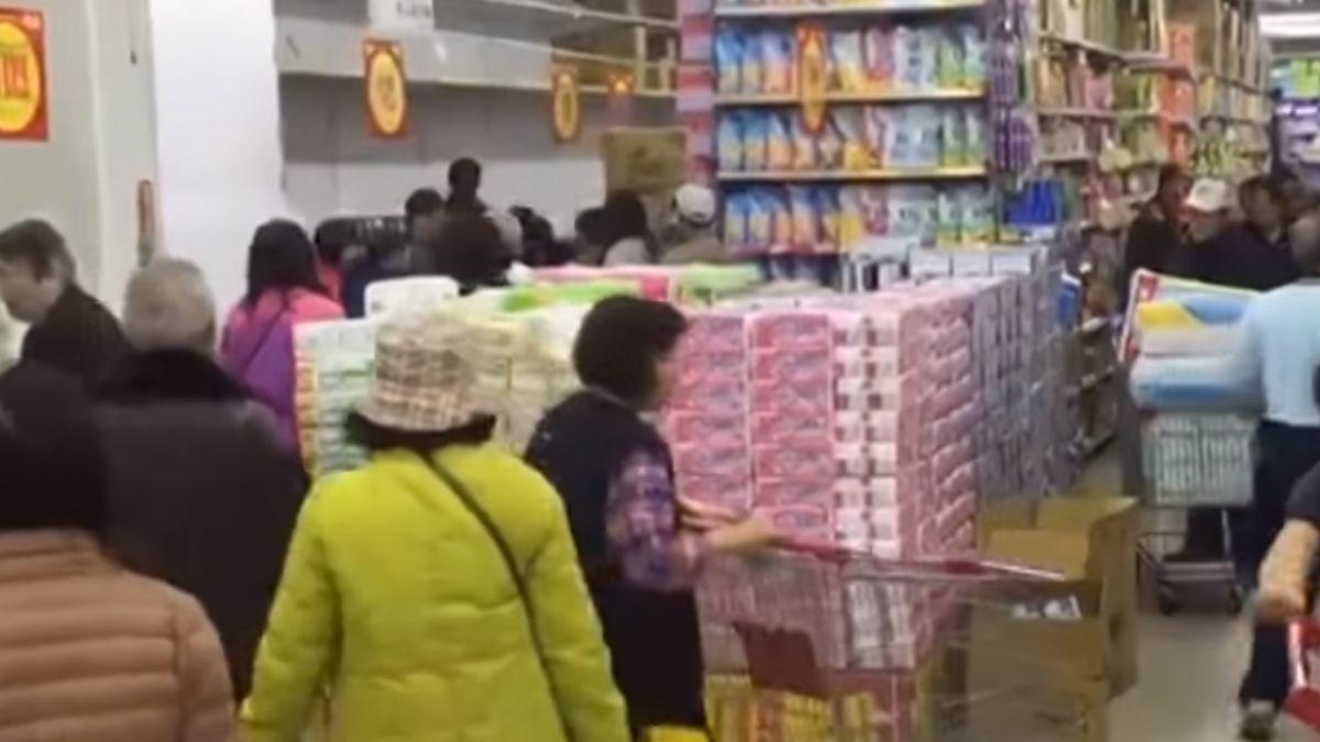 認真就輸了?瘋買衛生紙 2賣場差50元 怒:白搶