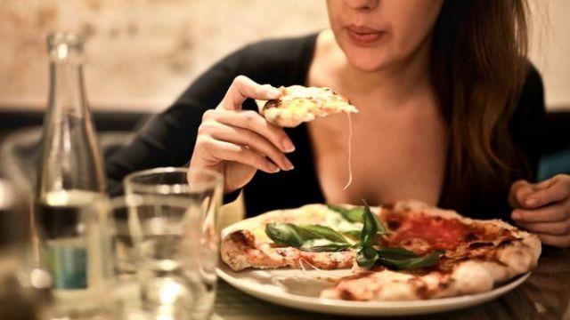 別再一個人吃飯!研究:孤單進食容易死掉、憂鬱