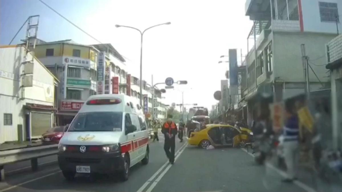 計程車疑未減速追撞機車 撞四車七人傷