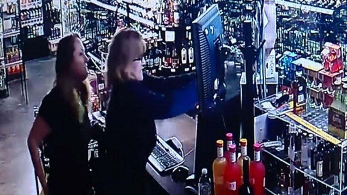 母女遇搶劫!輪番「掏槍火拚」 搶匪被打趴求饒