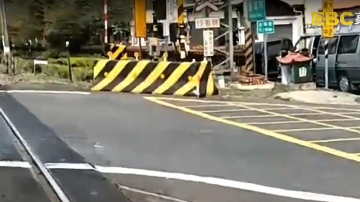 平交道前救跌倒騎士 廂型車反被火車撞