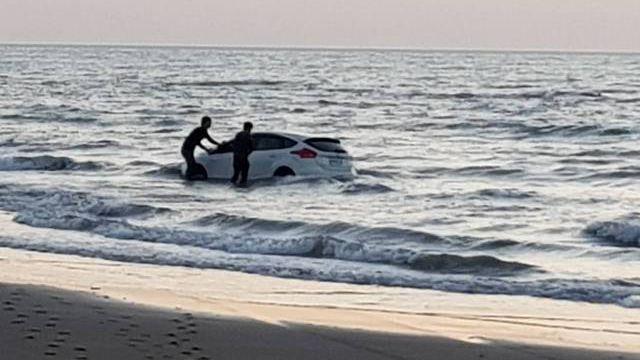 偕學弟看夕陽!漲潮受困沙灘3小時 新車慘變「泡海水車」