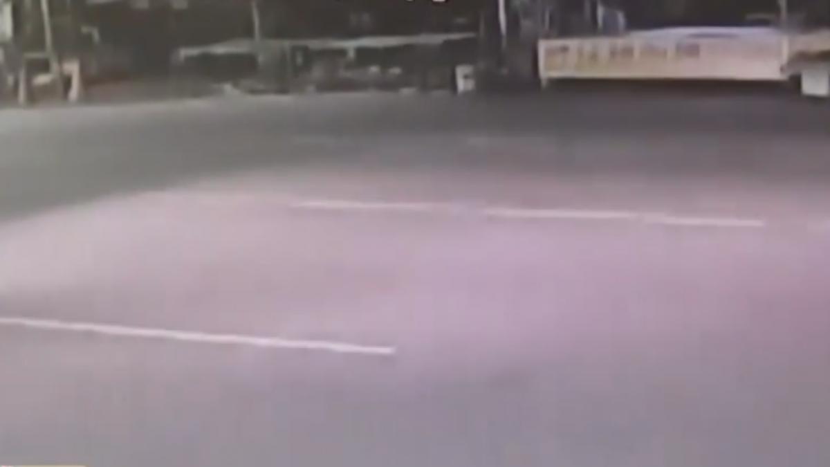 穿越馬路慢車道遭撞飛 婦人命大只腿傷
