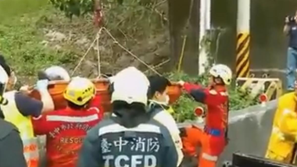 重機男騎台21線急彎 撞橋墩摔落4米橋下