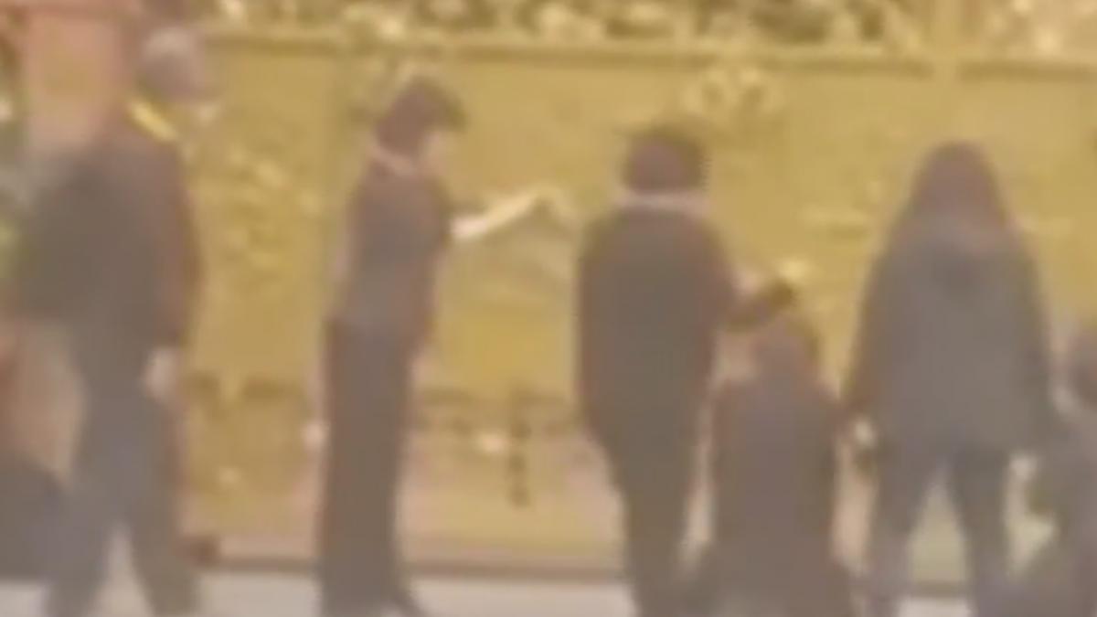 女教友潑水趕街友挨轟 教會門前下跪道歉