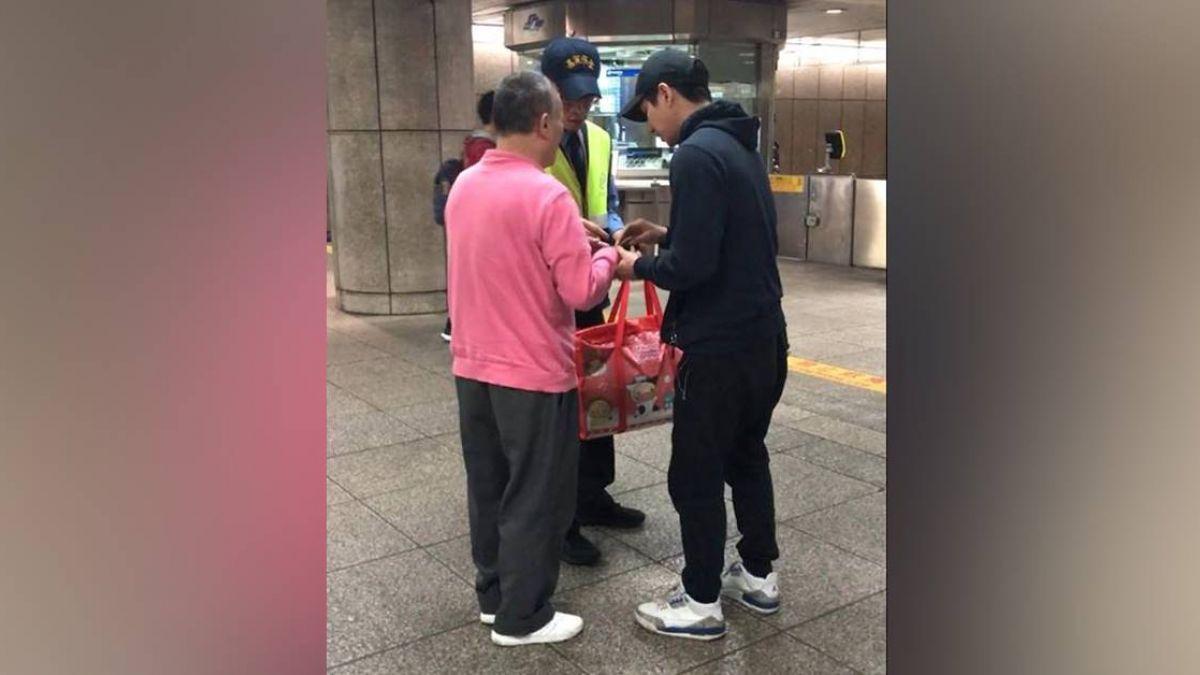 他扶視障阿伯下捷運站買票!暖心舉動背後 網友卻起疑心