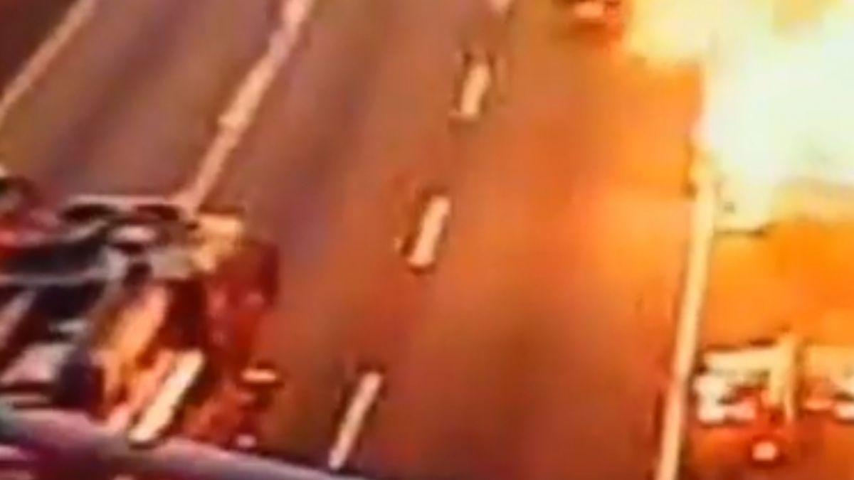 五楊高架車冒煙駕駛驚逃 爆炸燒成巨大火球