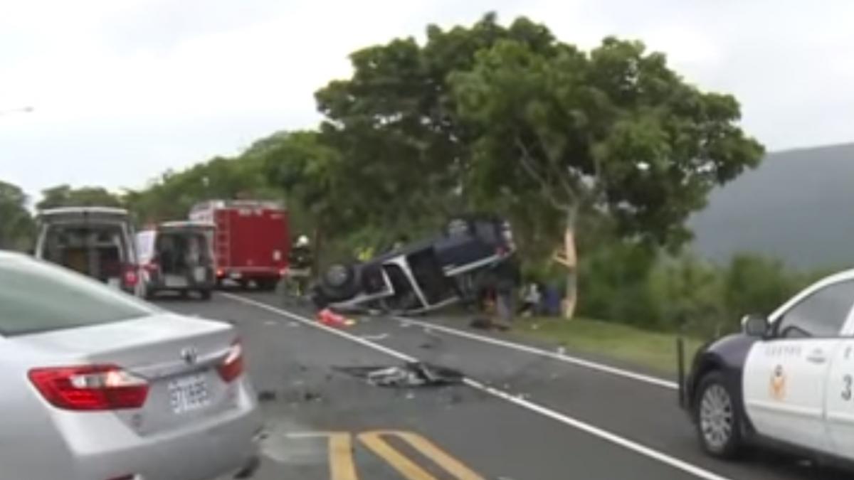 客車失控橫越分隔島 警車遭撞翻6警傷2重傷