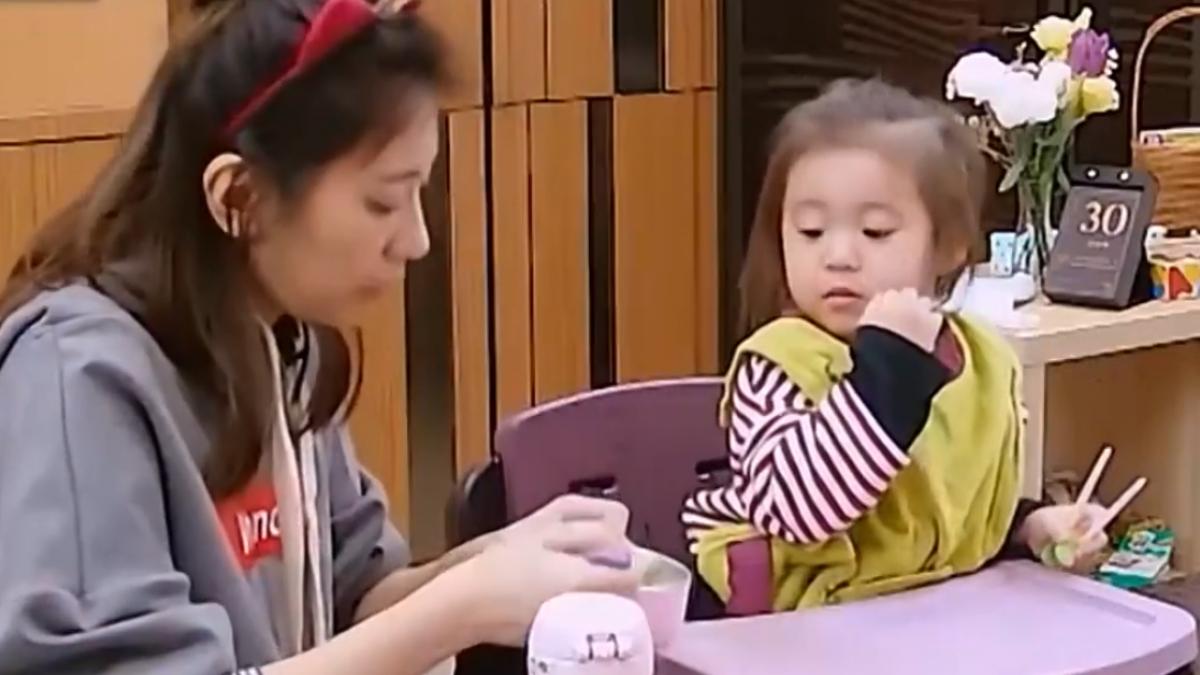賈靜雯單獨照顧兩女兒 累翻哭倒老公懷中