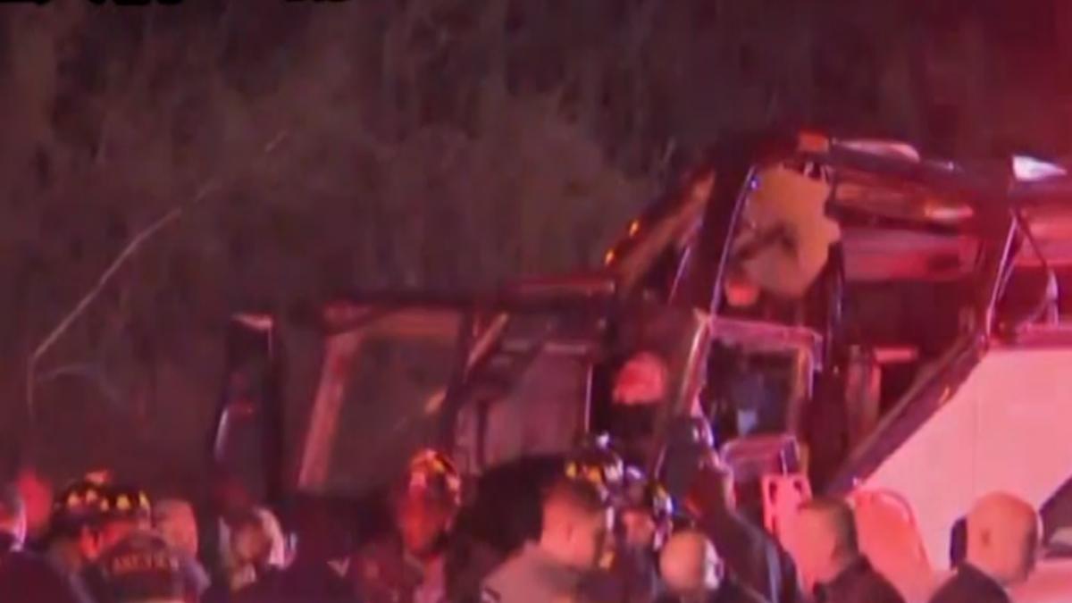 長島旅遊巴士撞天橋「削頂」 釀43人受傷