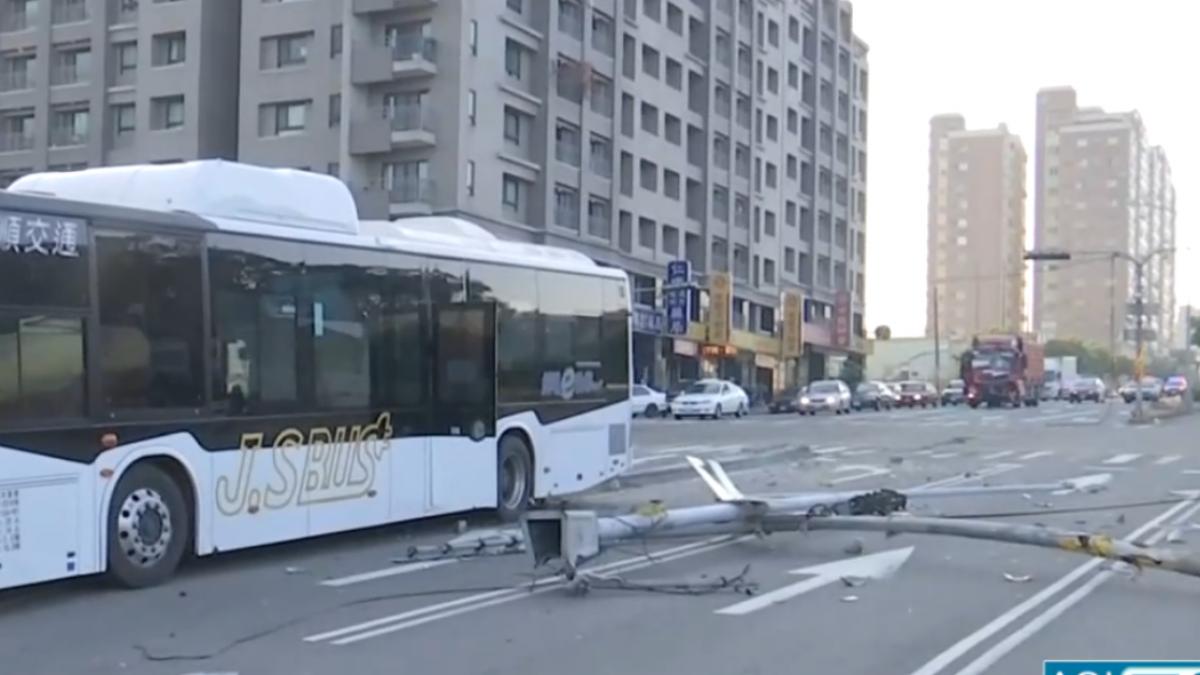 險撞顏清標家!貨車追撞電動公車 2駕駛傷