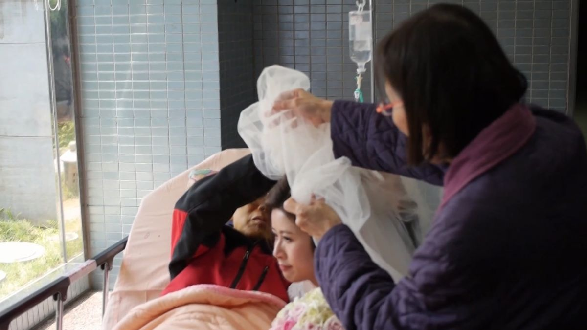 【影片】「妳要幸福!」癌末父病榻上緊握愛女 親手蓋頭紗惹淚崩