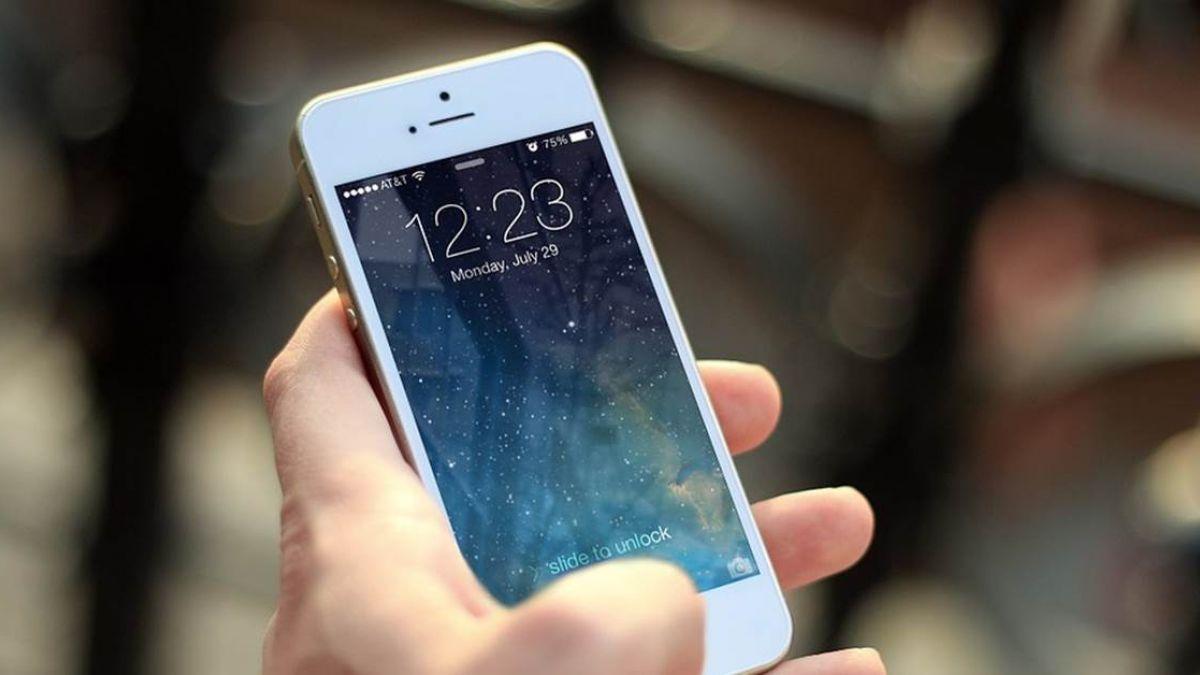 能偷看另一半手機嗎?律師說「這些情況」恐違法