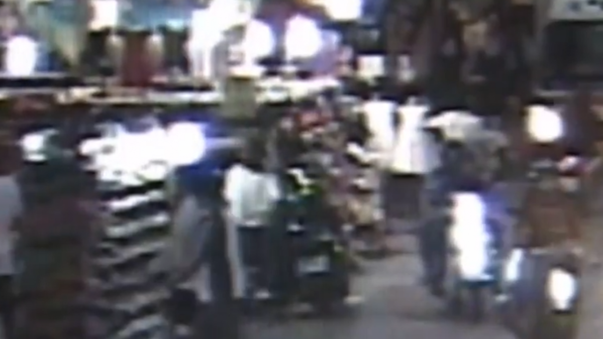黑白三煞闖夜市 持棍棒20秒砸毀鞋店貨架