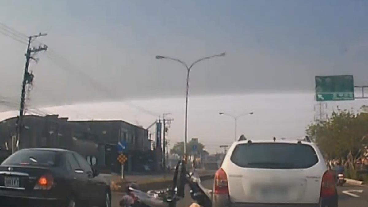 嬤鑽車只顧看右邊 砰...遭左來車撞飛骨折