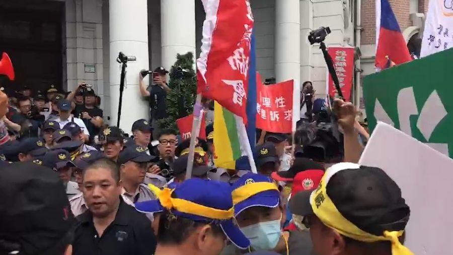 快訊/「警消不服從!」不爽年改待遇 退休警消聚立院抗議