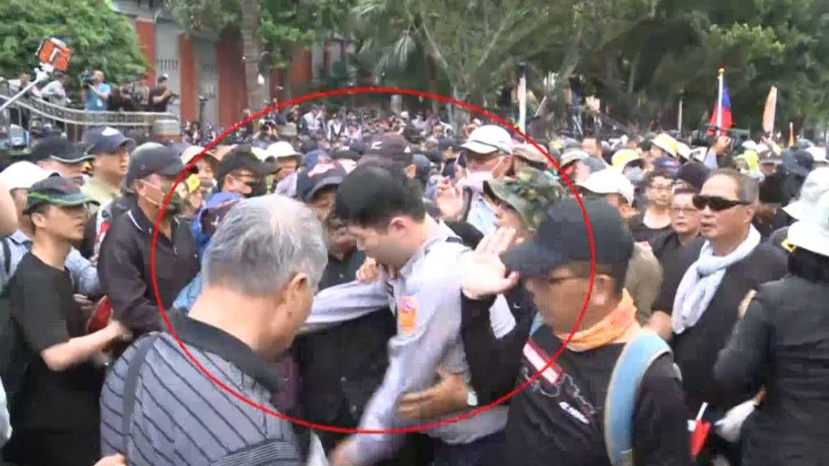 員警遭八百壯士圍毆當沙包打!記者遭潑尿 吳斯懷親上火線回應